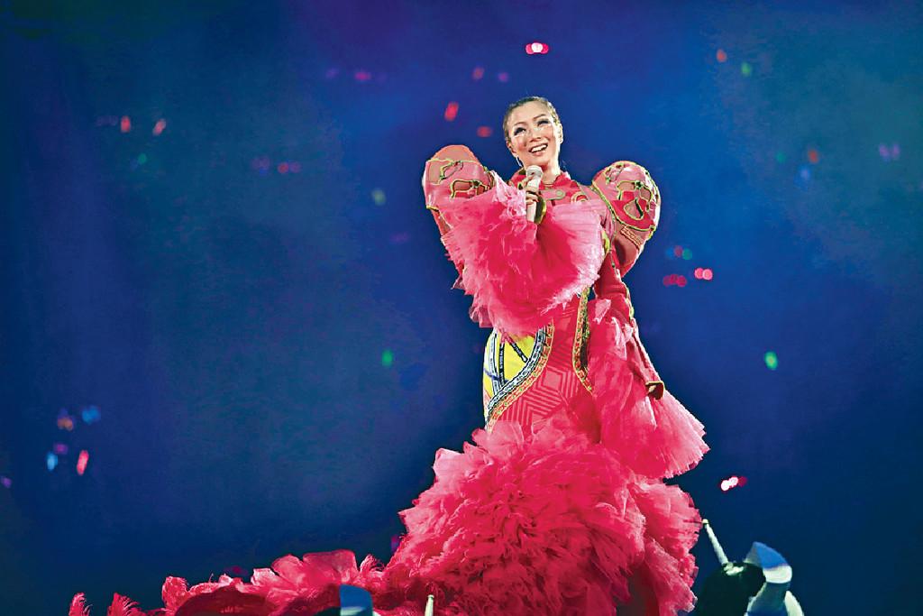 ■Sammi的螢光粉紅戰衣甚奪目。