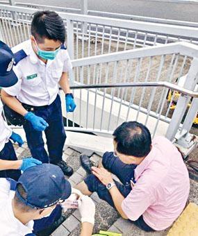 ■姓黃職員當日遇襲受傷,並接受救護員治理。