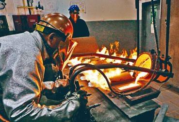 ■金價續強,圖為熔鑄金磚工序。