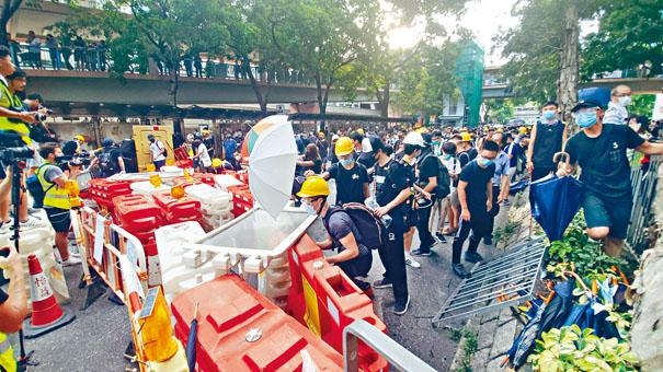 ■示威者不斷以鐵欄及物品,堵塞道路。