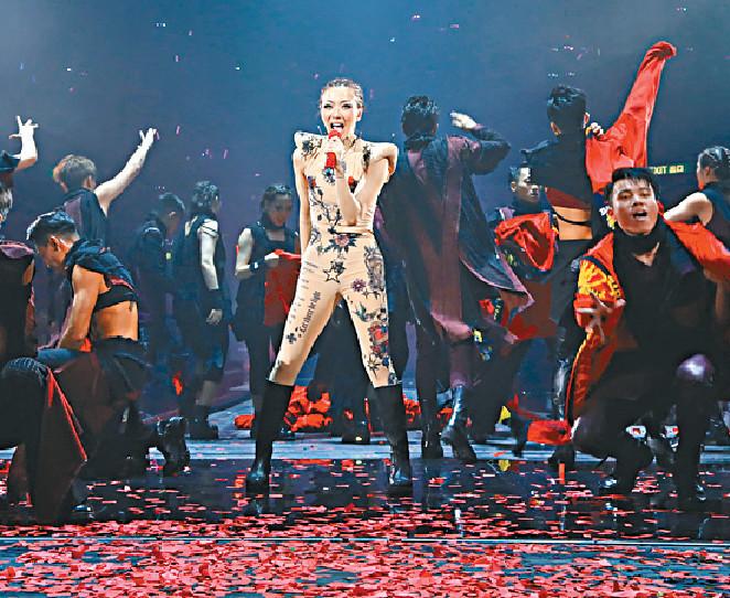 ■鄭秀文為觀眾獻上勁歌熱舞。