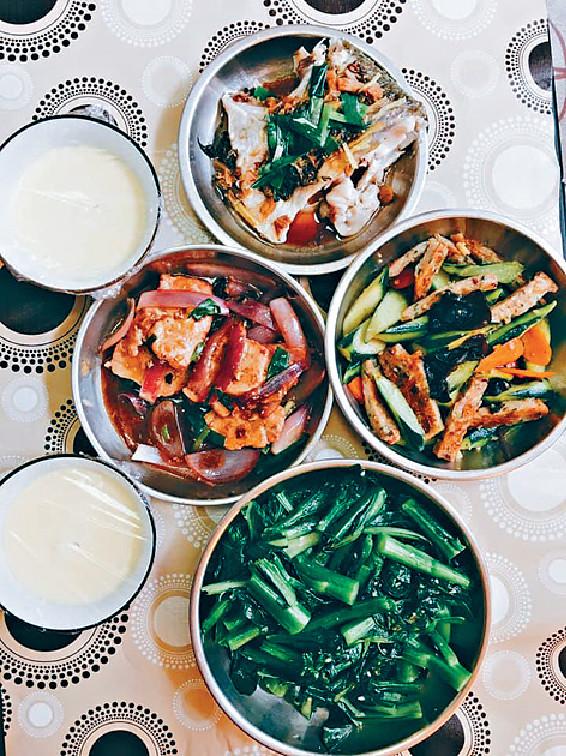 ■月子私房菜有清菜、蒸魚和幫助上奶的魚湯。
