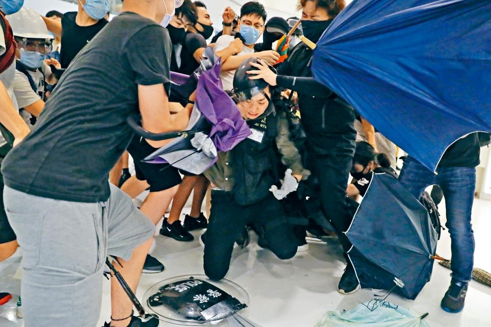 沙田新城市廣場前晚發生警民大混戰,有警員遭示威者圍毆,當場浴血。