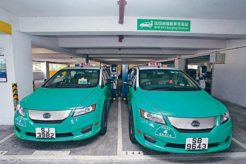 比亞迪二〇一二年將電動的士引入本港,多區設有充電站。