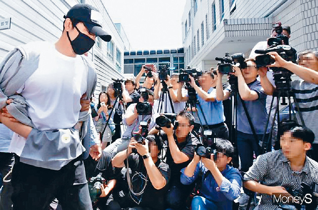 ■姜至奐上周五走出法院後向受害者道歉。