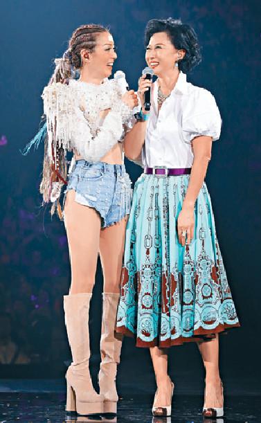 ■Sammi和沙麗合唱97年合作的冠軍歌《談情說愛》。