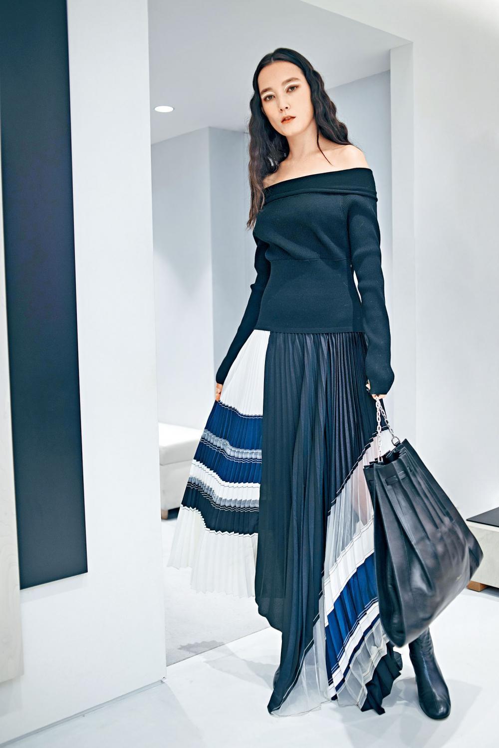 黑色露肩壓褶拼布連身裙、黑色羊仔皮高跟短靴、黑色百褶皮革手袋。