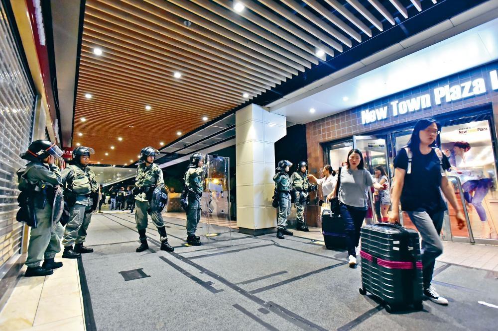 香港零售管理協會表示,近期大型遊行活動對零售業大受影響,市民購物意欲亦大減。