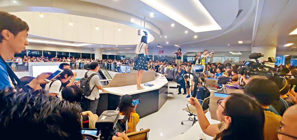 大批市民包圍新城市廣場客戶服務中心,有人企上櫃枱呼籲在場人士冷靜。