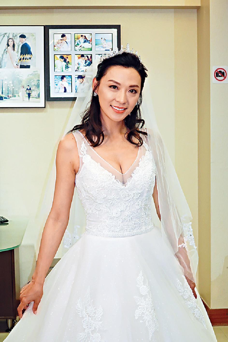 ■早前,蜜運中嘅陳煒拍攝《法證先峰IV》一場婚紗戲時,明艷照人。