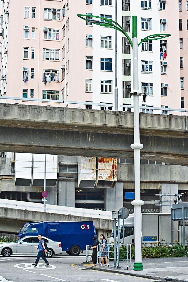 已安裝的五十支智慧燈柱,只有兩支的鏡頭有運作,其中一支在九龍灣常悅道。