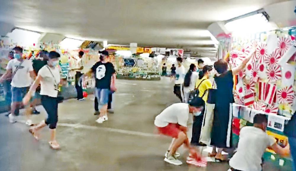 大批男女凌晨到隧道貼萬國旗。