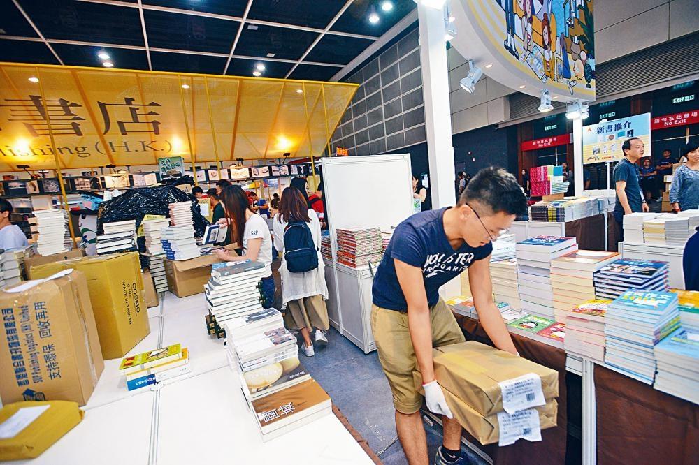 香港書展今日揭幕,各大書商紛密鑼緊鼓作最後準備。