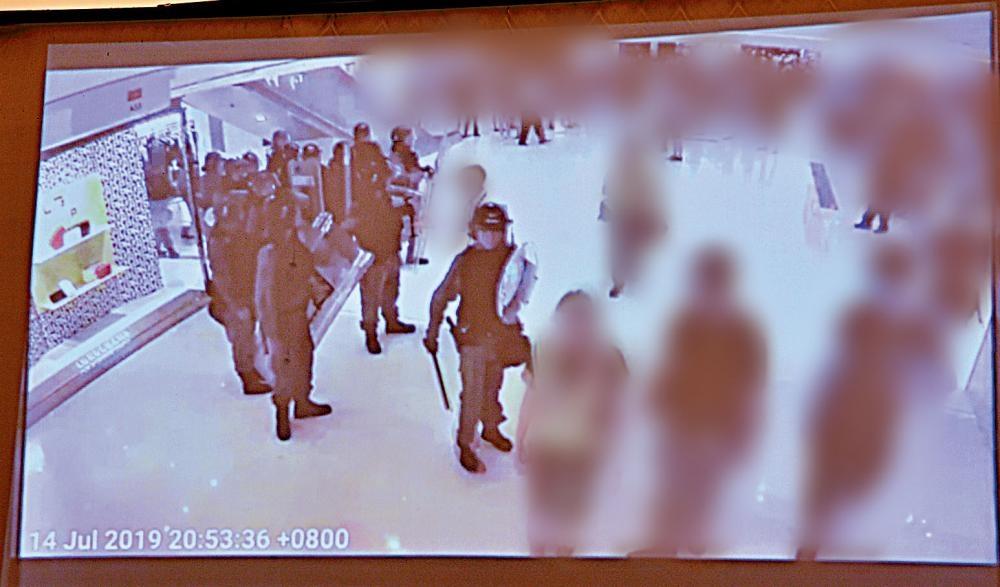 新鴻基地產播出多段電視片段,證明職員是帶領警方盡快離開商場。