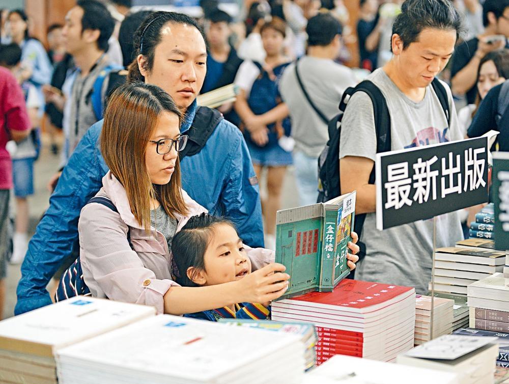 不少家長陪同子女入場看書,是每年暑期的親子活動。