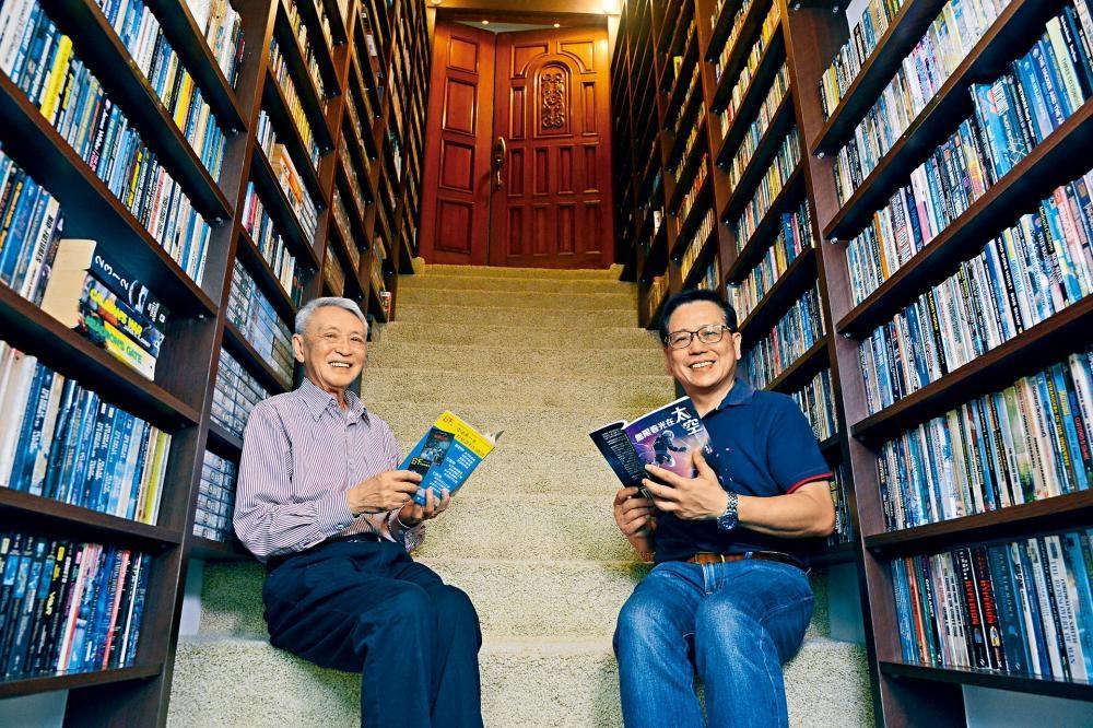 香港科幻作家杜漸(李文健,左)和香港科幻會前會長李偉才(右)推動科幻文學不遺餘力,後者更為吸納更多年輕人加入香港科幻會而努力。