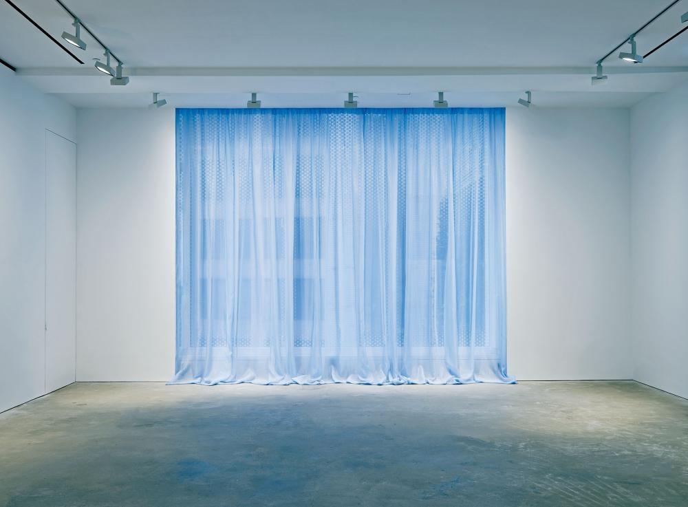 古巴藝術家費利克斯.岡薩雷斯 托雷斯的作品,一片藍海擋住了外面的紛擾。