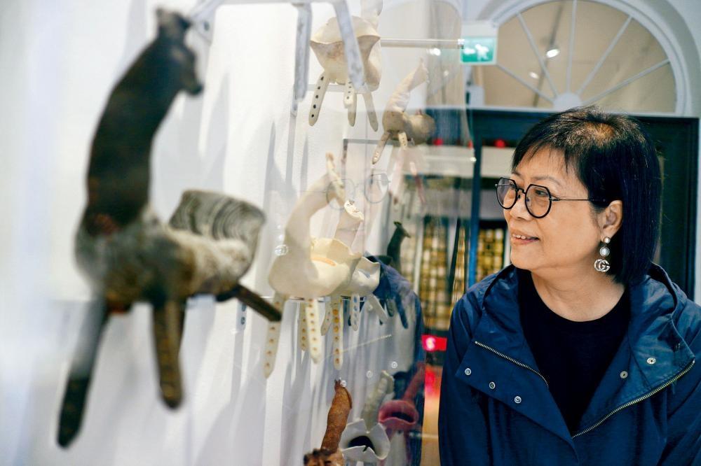 趙素蘭這次展出《卡夫卡》第五個陶塑系列。
