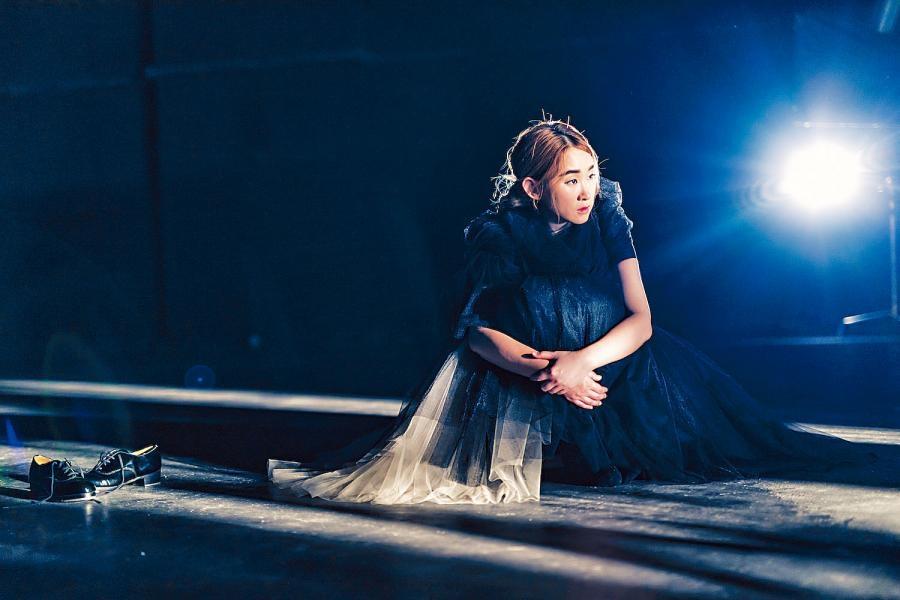 王菀之在MV中一人分飾五角。