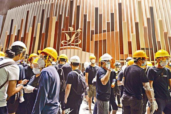 ■當晚有大批示威者衝擊及佔領立法會大樓 。