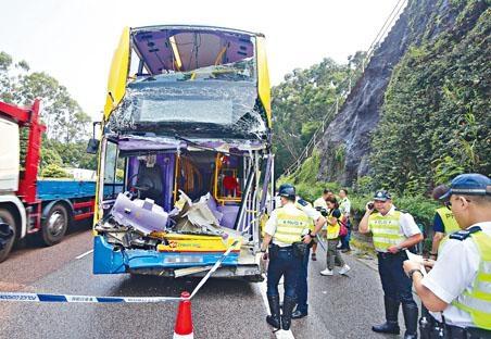 ■城巴撞貨車尾,車長死亡,車頭嚴重損毀,警方到場調查。