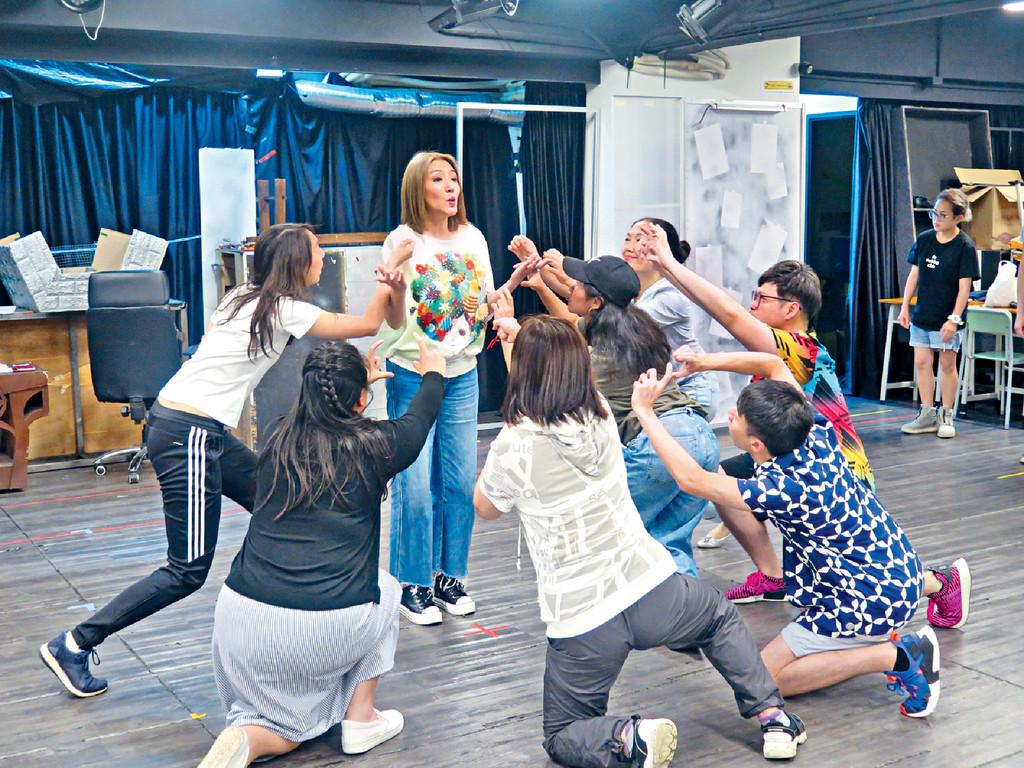 ■劇中寶慧飾演一個嚴厲的校長,經常跟大班學生一齊。