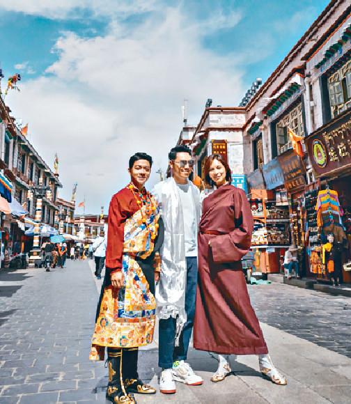 ■(右起)朱慧敏、王賢誌和團友之一的旅遊達人Jerry C在八廓街留影。