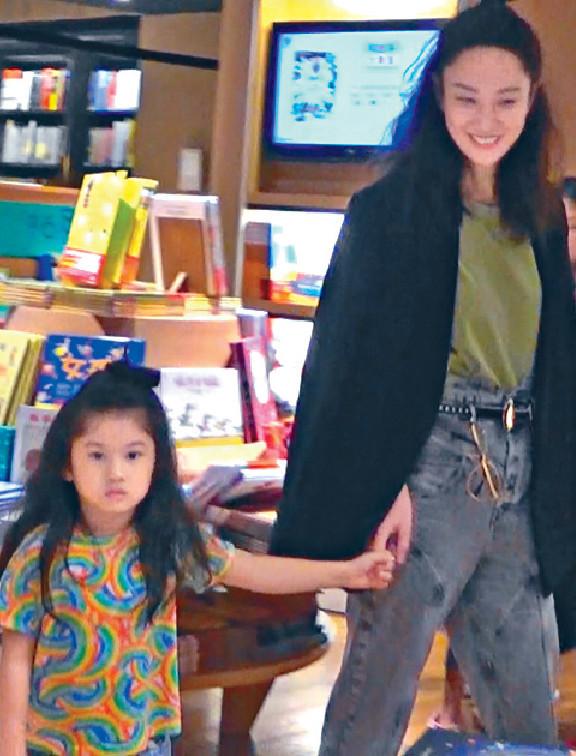 ■Yumiko拖住囡囡行去兒童部,4歲嘅浸浸愈大愈靚。