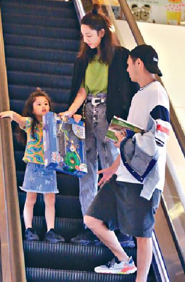 ■誠品逗留一個鐘,Yumiko老公入手四本小說,囡囡就買咗玩具。