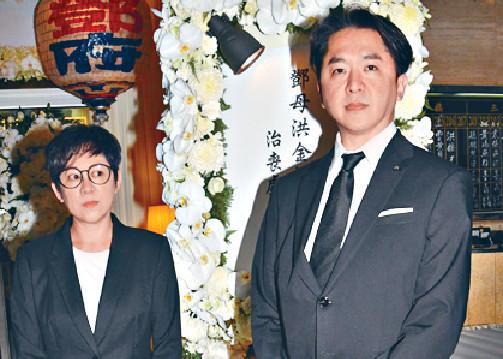 ■日前,翠玉和胞兄兆尊現身香港殯儀館,為亡母祥嫂打點。