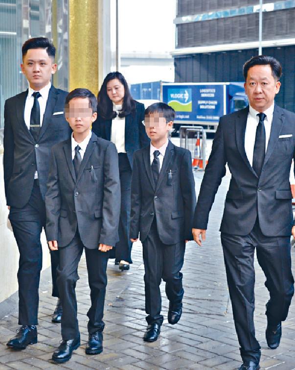 ■祥嫂出殯日,翠玉兒子Tim(右)隨舅父兆榮一家四口到場,送別婆婆。
