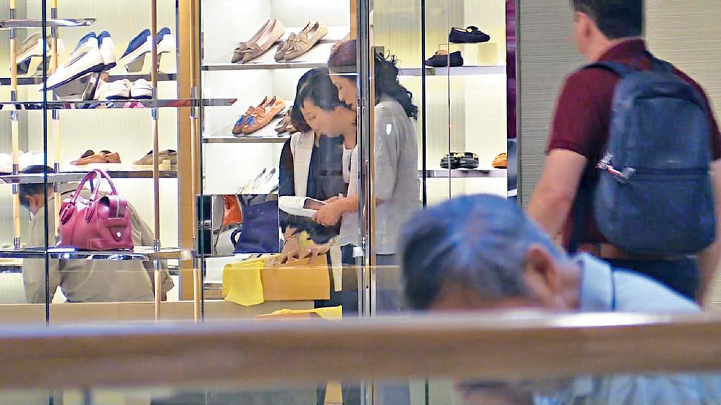 等老婆買鞋 羅康瑞坐低等太太慢慢揀鞋。