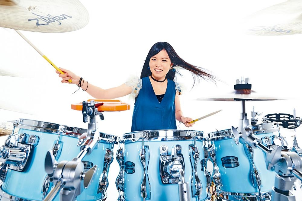 川口千里五歲開始學鼓,展演其音樂天賦。