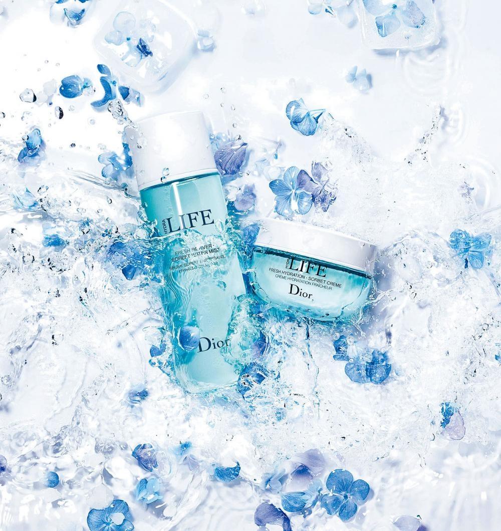 左/水活力嫩肌保濕噴霧、右/水活力嫩肌精華啫喱乳霜,蘊含激活細胞內鎖水功能的活性成分,加上超微細霧感,有助促進肌膚的水分循環。