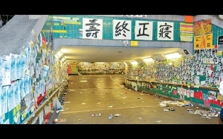 深夜逾百人乘旅巴  連儂隧道「撕紙」