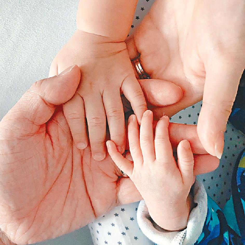 ■杏兒早前大晒一家四口的手,宣佈誕下細仔。 資料圖片