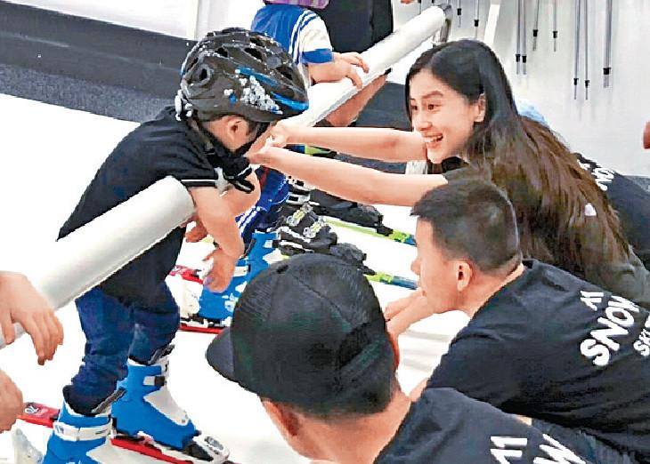 ■陪兒子學滑雪的Baby笑得好開心。