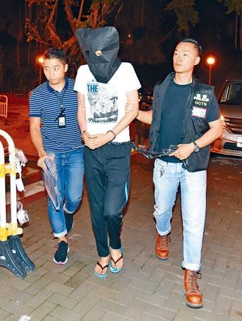 ■警方帶疑犯「阿湯」返回石籬邨住所搜證。