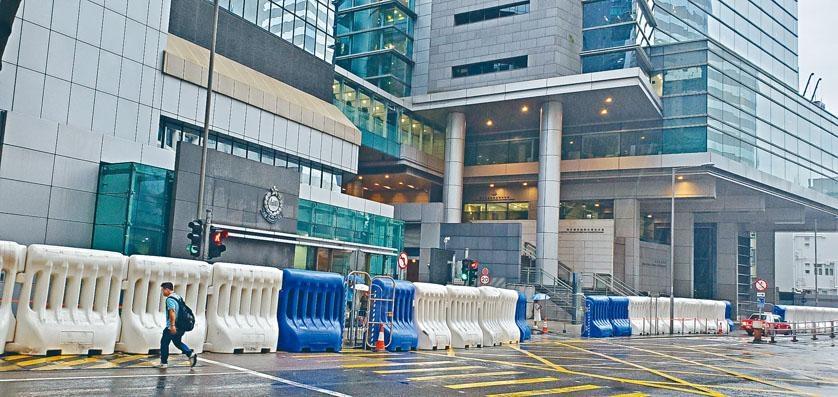 ■警方對今日遊行嚴陣以待,更在警察總部外擺放了巨型水馬。