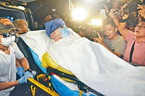 ■任達華返港後送抵港安醫院就醫。