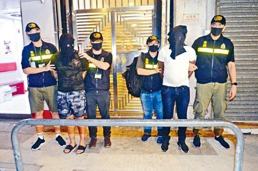 ■兩名涉案假難民被關員押走。