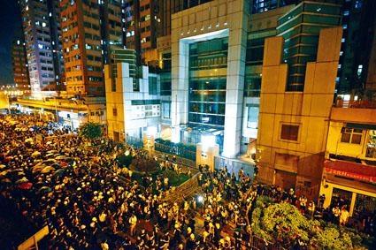 ■示威者圍包圍中聯辦前後門。