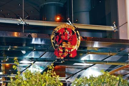 ■中聯辦大門上的國徽遭塗污。