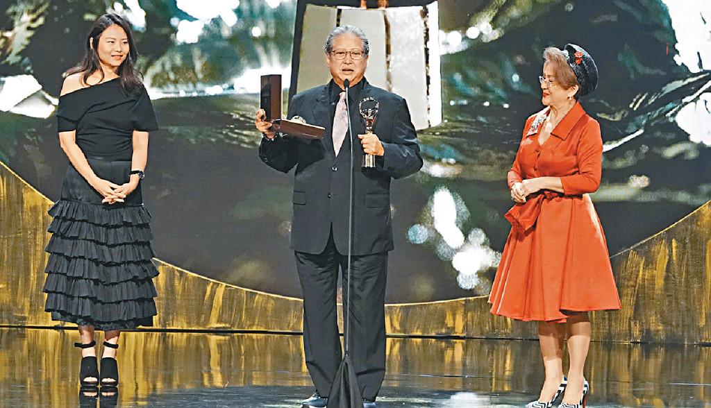 ■馮寶寶頒獎給洪金寶,表揚他對影壇的貢獻。