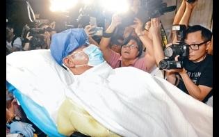 琦琦上載牽手相打氣  任達華第二次手術成功  續留ICU觀察