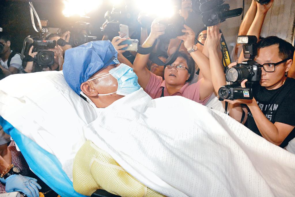 ■前晚10時許,睡在病牀上的華哥被送抵港安醫院時,只見他雙眼緊閉。