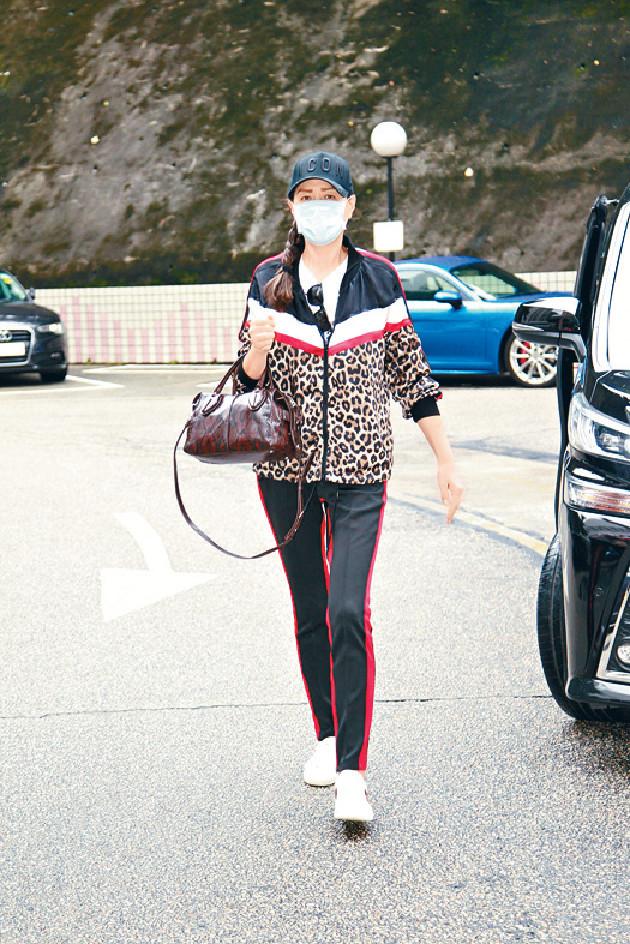 ■琦琦昨早到醫院探望華哥,對傳媒提問未有回應。
