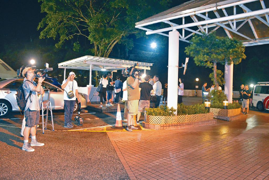 ■前晚華哥被送抵港安醫院時,大批傳媒在場守候。
