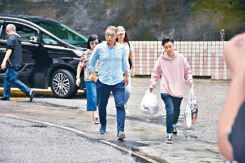 ■昨午華哥的胞兄任達榮到醫院探望,並逗留了三小時。