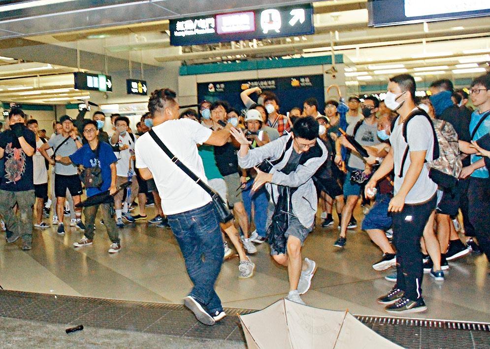 一批穿白衣大漢昨晚到西鐵元朗站內襲擊市民。